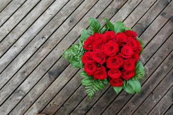 ¡Dígalo con rosas! Ramos de 10, 12 o 24 rosas para recoger en tienda